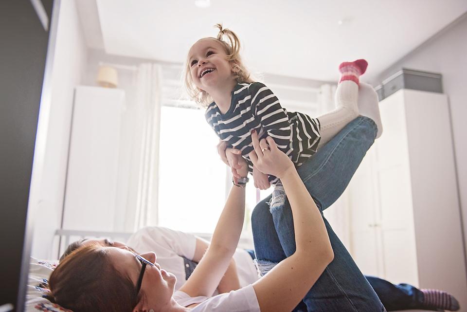 rodzinna sesja lifestyle, naturalne zdjęcia rodzinne, fotograf dziecięcy gdańsk, mrugała studio