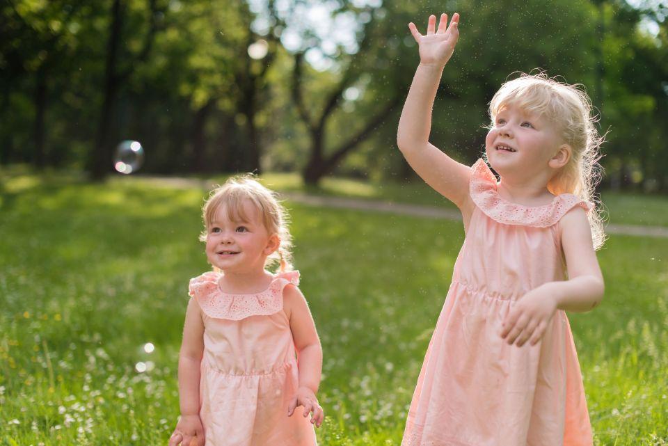 sesja rodzinna Gdańsk, sesja rodzinna w parku, sesja Jelitkowo, mrugała studio, fotografia rodzinna trójmiasto, zabawa z dziećmi